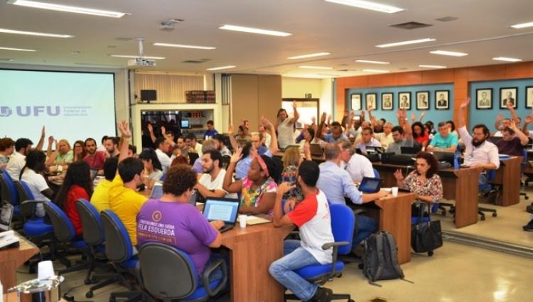 Fotografia na sala dos conselhos durante reunião do Conselho Universitário (CONSUN) em 2016